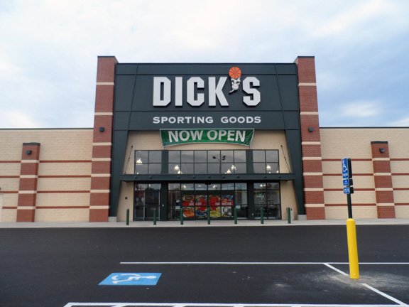 Store front of DICK'S Sporting Goods store in Findlay, OH