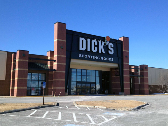 Store front of DICK'S Sporting Goods store in Bangor, ME