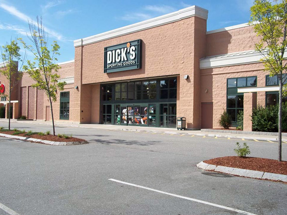 Store front of DICK'S Sporting Goods store in Topsham, ME