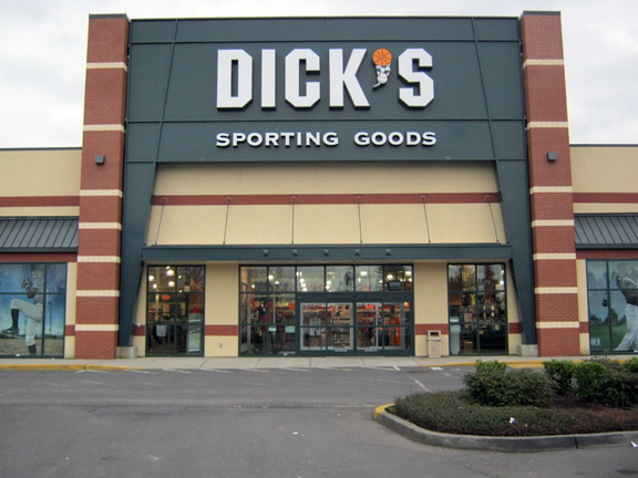 Store front of DICK'S Sporting Goods store in Clackamas, OR