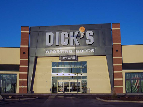 Store front of DICK'S Sporting Goods store in Dubuque, IA