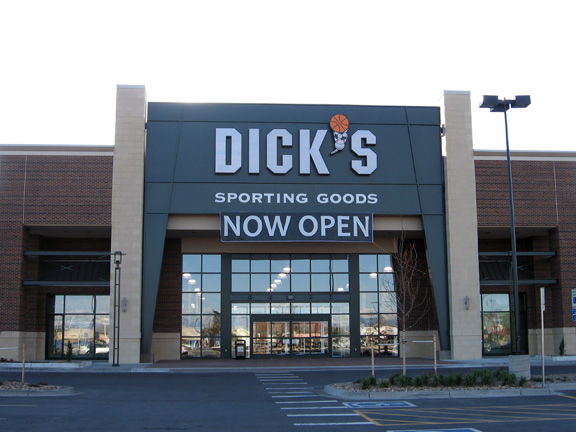 Store front of DICK'S Sporting Goods store in Aurora, CO