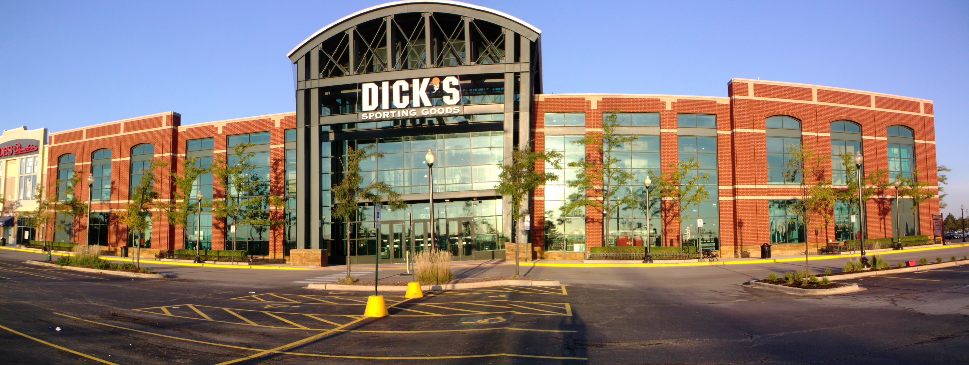 Store front of DICK'S Sporting Goods store in Schaumburg, IL